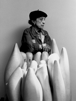 Louise Bourgeois in 1990 with her marble sculpture 'Eye to Eye' (1970).  Photo by Raimon Ramis.  © Louise Bourgeois